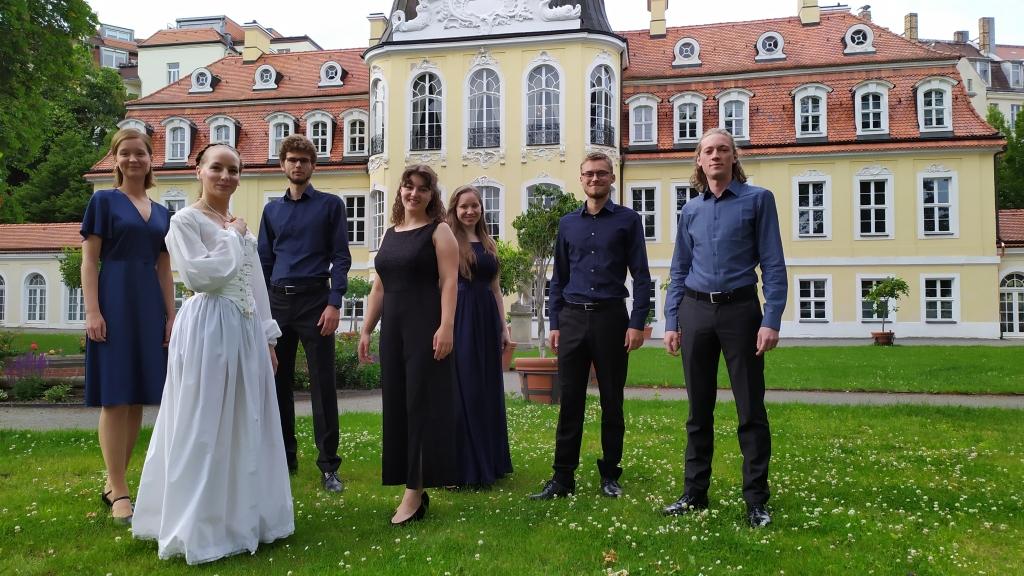 """voicemade mit Mareike Greb vor dem Gohliser Schlösschen vor dem Konzert """"Orazio Vecchi: Liebe, Tod & Leben"""" am 5.6.2020."""